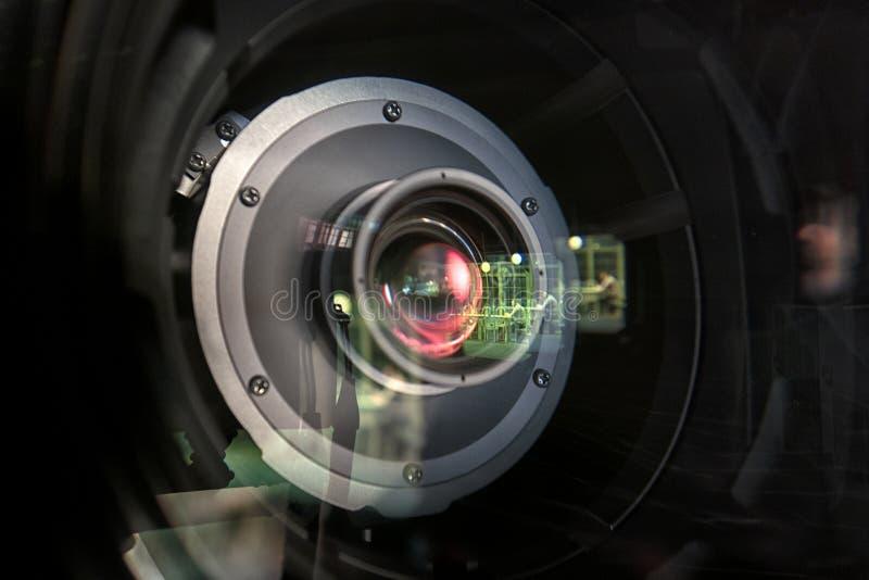 Feche acima de uma lente da televisão em um fundo escuro imagens de stock