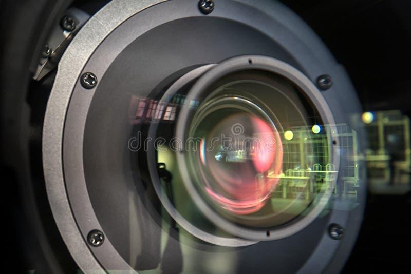 Feche acima de uma lente da televisão em um fundo escuro fotografia de stock