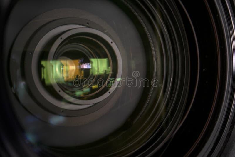 Feche acima de uma lente da televisão em um fundo escuro foto de stock royalty free
