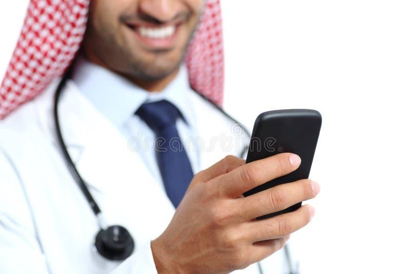 Feche acima de uma mão feliz do doutor usando um telefone esperto foto de stock royalty free