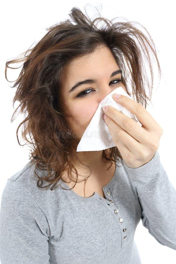 Feche acima de uma mulher com gripe e um lenço no nariz fotos de stock