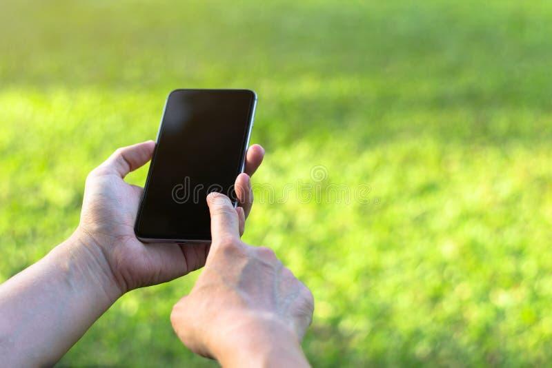 Feche acima de uma mulher que usa o telefone esperto móvel com tela táctil d fotos de stock