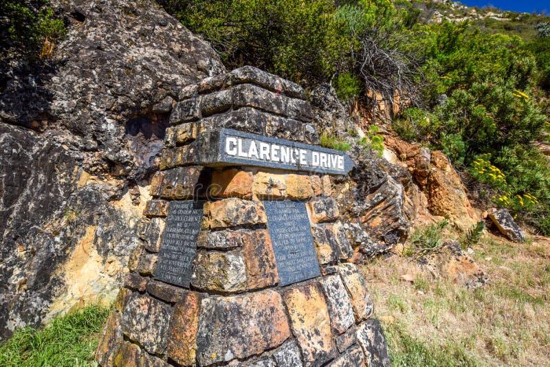 Feche acima de uma pedra do marcador na rota cênico de Clarence Drive R44 imagens de stock royalty free
