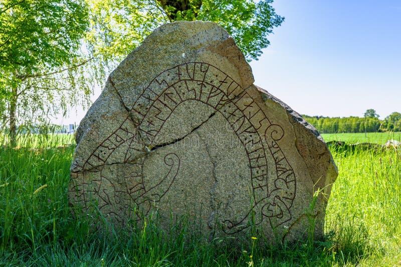 Feche acima de uma pedra rachada da runa na Suécia fotos de stock
