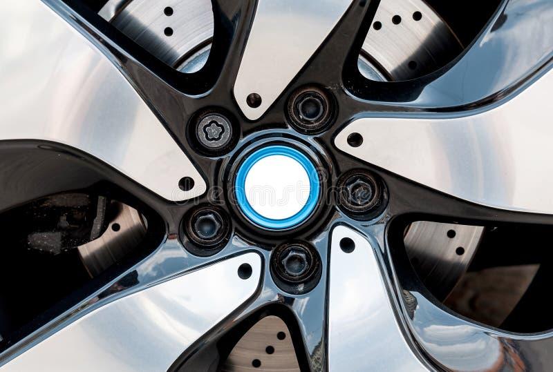 Feche acima de uma roda moderna fotos de stock