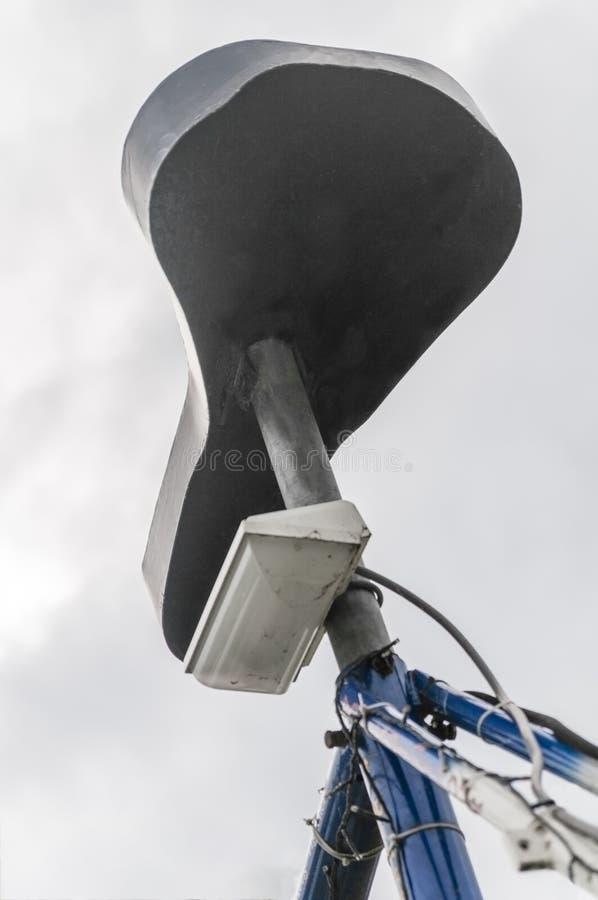 Feche acima de uma sela grande da bicicleta imagem de stock
