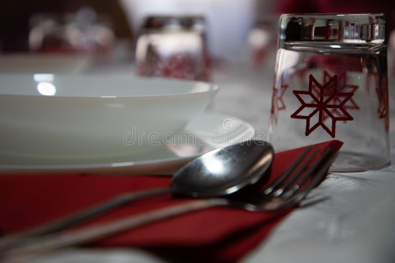 Feche acima de uma tabela decorada para o Natal fotos de stock