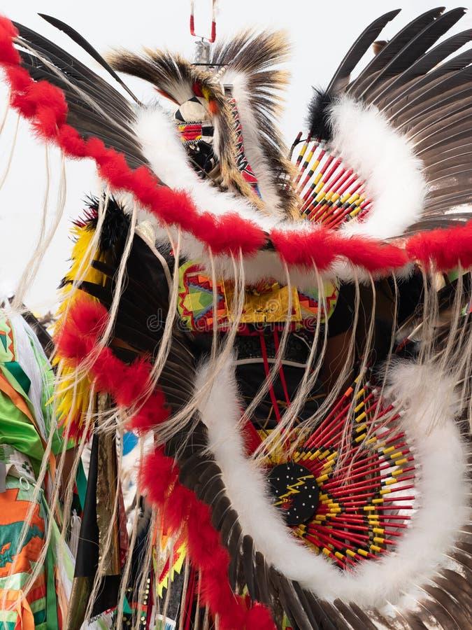 Feche acima de vermelho, branco e Brown emplume-se e Quill Bead Headdress e azáfama imagem de stock royalty free