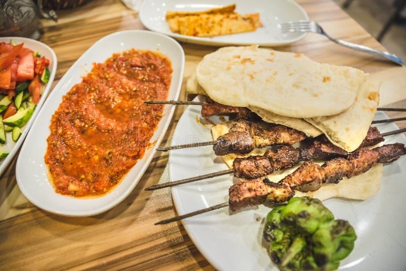 Feche acima de vista detalhada do no espeto turco delicioso grelhado do fígado foto de stock royalty free