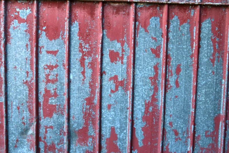 Feche acima de vista detalhada em descascar a pintura em paredes velhas e resistidas fotografia de stock