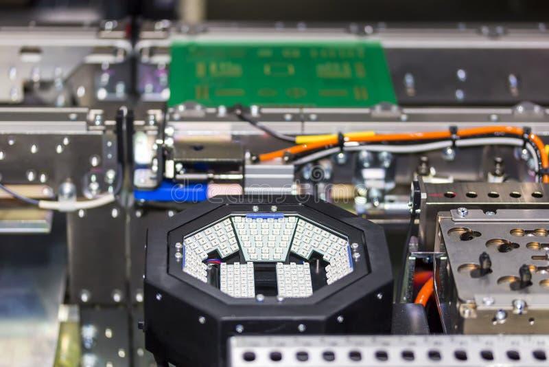 Feche acima dentro da picareta do diodo emissor de luz SMT do PWB e da máquina automáticas do lugar do de alta tecnologia e da pr imagens de stock royalty free