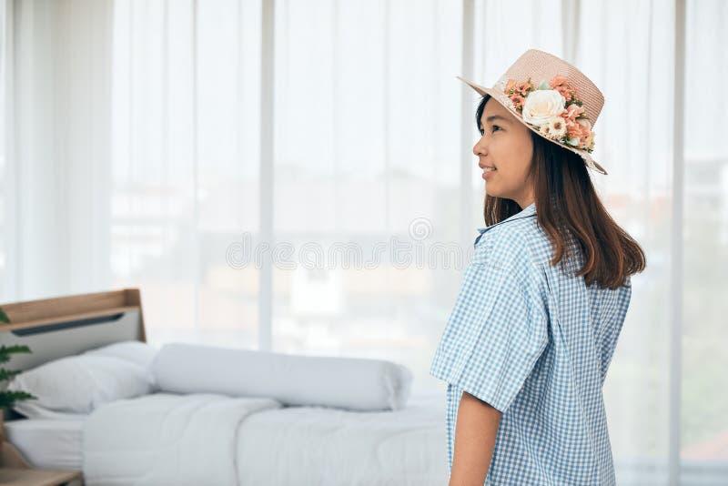 Feche acima do adolescente asiático bonito atrativo na mala de viagem azul da terra arrendada da camisa fotos de stock