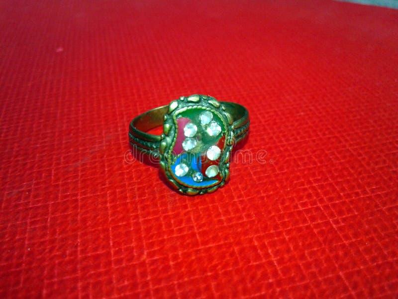 Feche acima do anel de diamante do acoplamento Conceito do amor e do casamento fotografia de stock