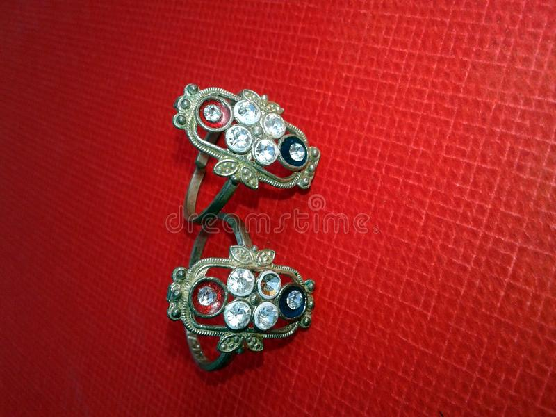 Feche acima do anel de diamante do acoplamento Conceito do amor e do casamento imagem de stock royalty free