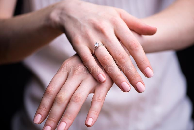 Feche acima do anel de diamante elegante no dedo imagens de stock royalty free