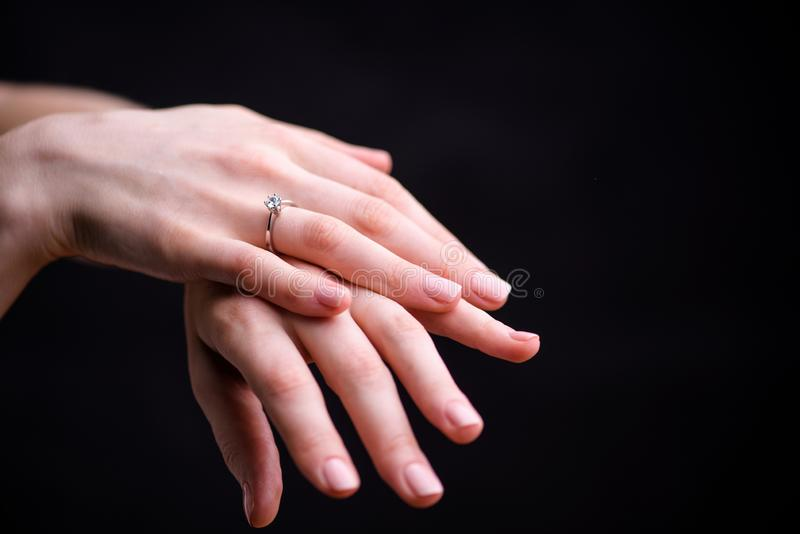Feche acima do anel de diamante elegante no dedo fotografia de stock royalty free