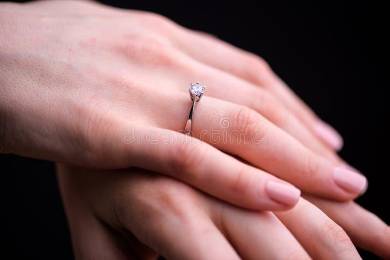Feche acima do anel de diamante elegante no dedo foto de stock royalty free