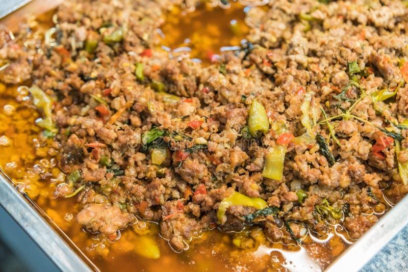 Feche acima do arroz coberto com carne de porco fritada agitação imagens de stock