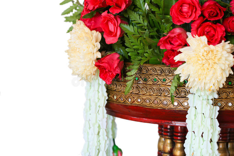 Feche acima do arroz que oferece o projeto tradicional tailandês no fundo branco ou isole foto de stock