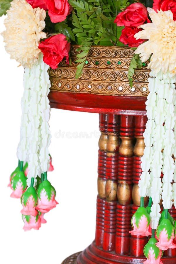 Feche acima do arroz que oferece o projeto tradicional tailandês no fundo branco ou isole fotos de stock