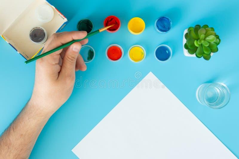 Feche acima do artista com paleta e da escova que pinta ainda a vida no papel no estúdio foto de stock royalty free