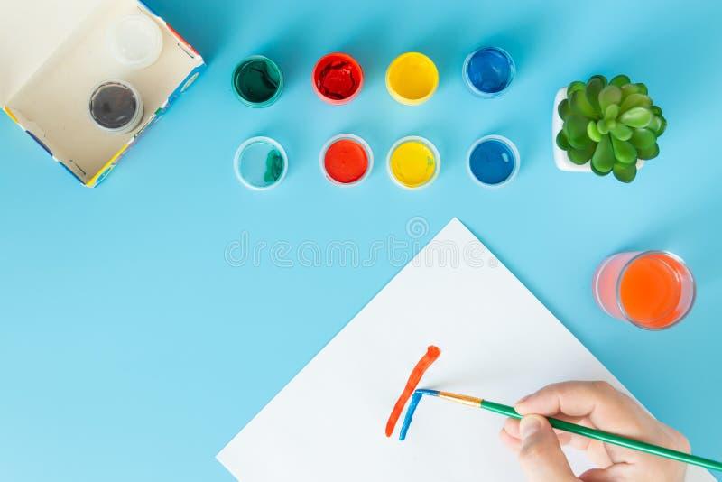 Feche acima do artista com paleta e da escova que pinta ainda a vida no papel na pintura da mão do estúdio linha vermelha e azul fotos de stock