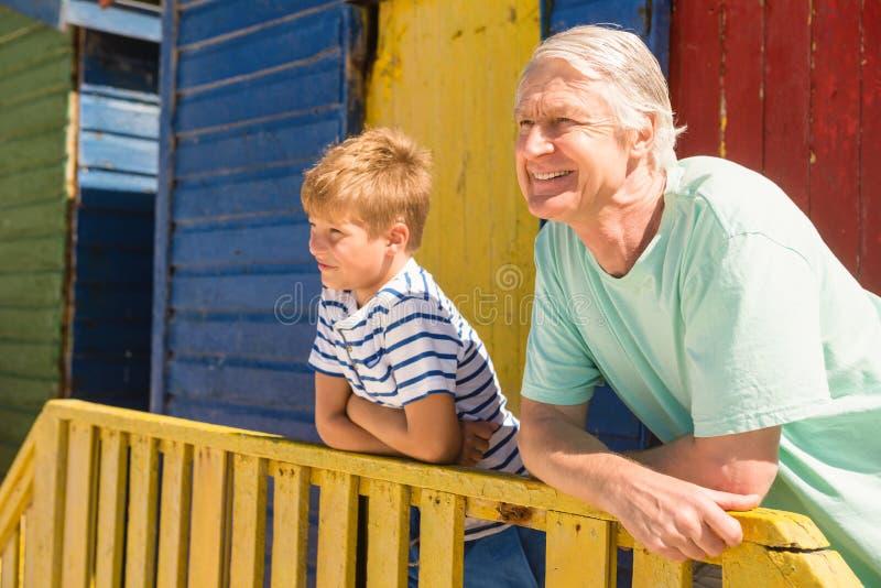 Feche acima do avô e do neto que inclinam-se em trilhos imagem de stock royalty free