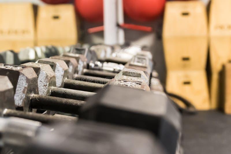 Feche acima do barbell em uma cremalheira em um gym imagens de stock