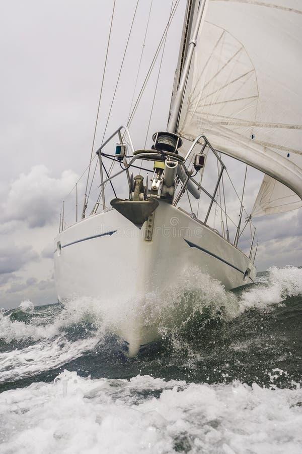 Feche acima do barco ou do iate de navigação no mar fotografia de stock royalty free