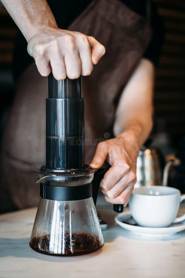 Feche acima do barista que faz a fabricação de cerveja alternativa do café fotografia de stock royalty free