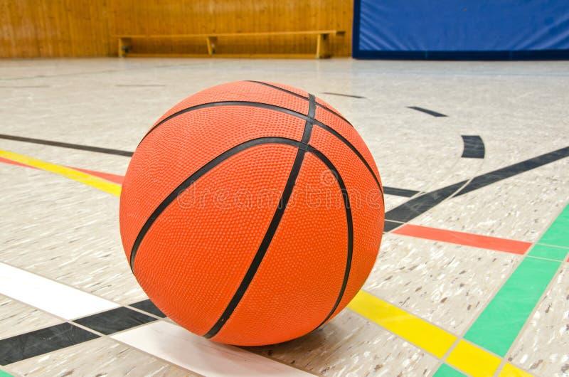 Feche acima do basquetebol no assoalho imagens de stock royalty free