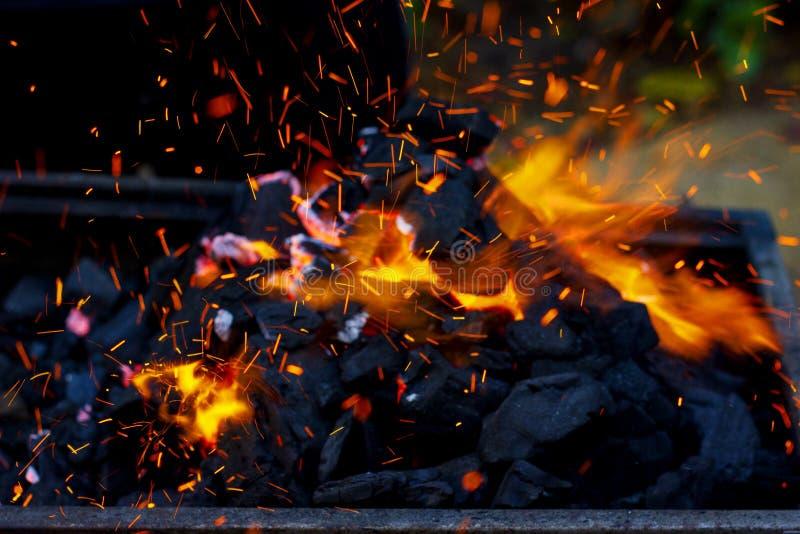 Feche acima do BBQ do carvão vegetal que chameja e que incandesce imagem de stock
