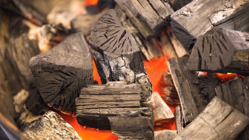 Feche acima do BBQ do carvão vegetal que chameja e que incandesce Carvão vegetal ardente para o close-up da grade fotografia de stock royalty free