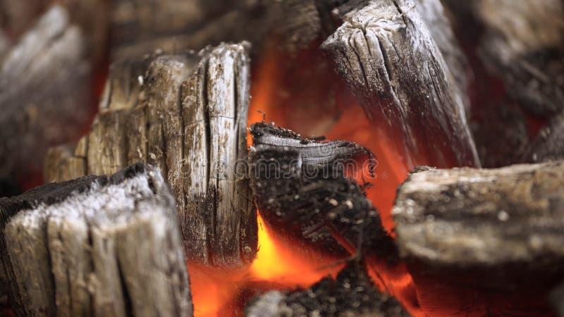 Feche acima do BBQ do carvão vegetal que chameja e que incandesce Carvão vegetal ardente para o close-up da grade imagens de stock