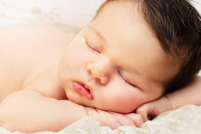 Feche acima do bebê recém-nascido imagens de stock