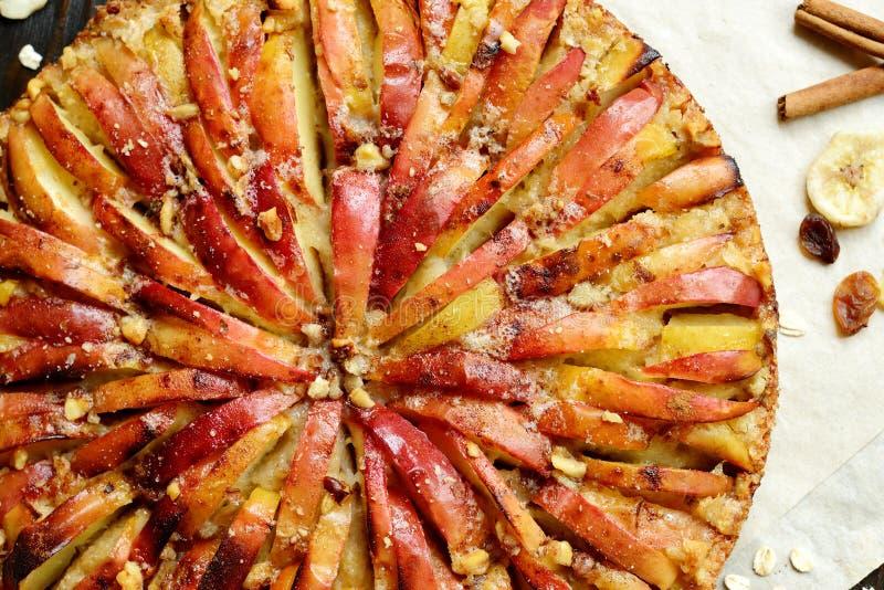 Feche acima do bolo alemão caseiro tradicional doce da torta de maçã com porcas e canela na tabela de madeira escura imagens de stock royalty free