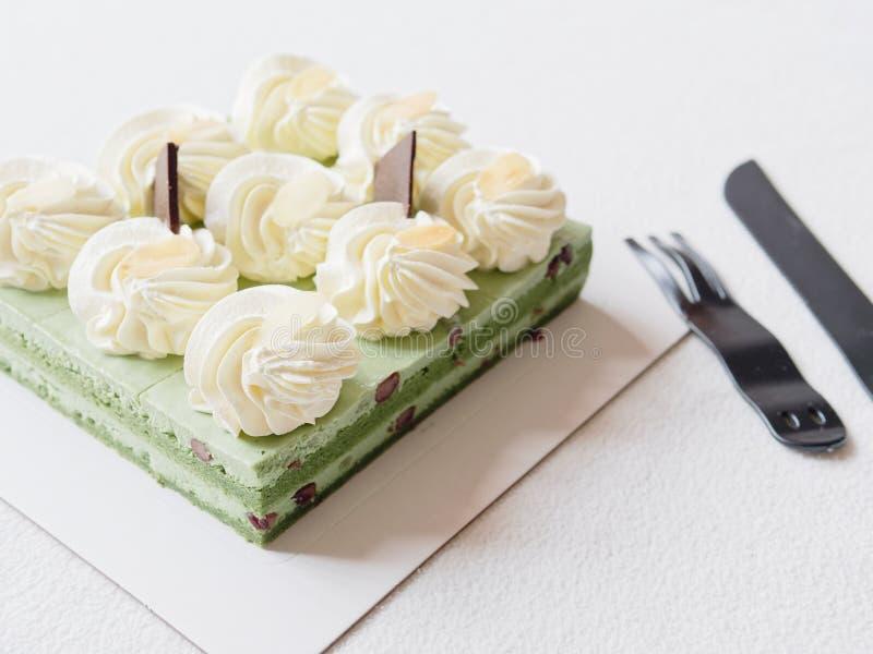 Feche acima do bolo de aniversário, faca e povos plásticos na toalha de mesa branca, alimento doce delicioso e conceito do feliz  foto de stock royalty free