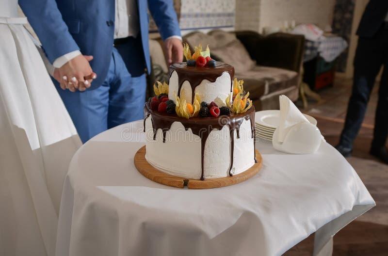 Feche acima do bolo de casamento saboroso bonito imagem de stock royalty free