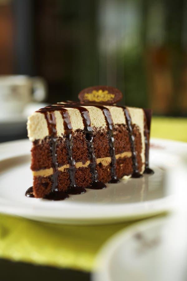 Feche acima do bolo de chocolate e do molho do caramelo imagens de stock royalty free