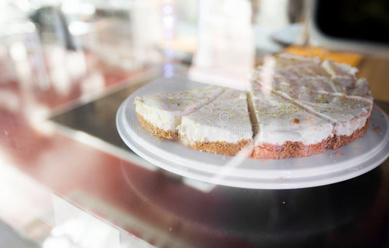 Feche acima do bolo no suporte na mostra do café fotografia de stock royalty free