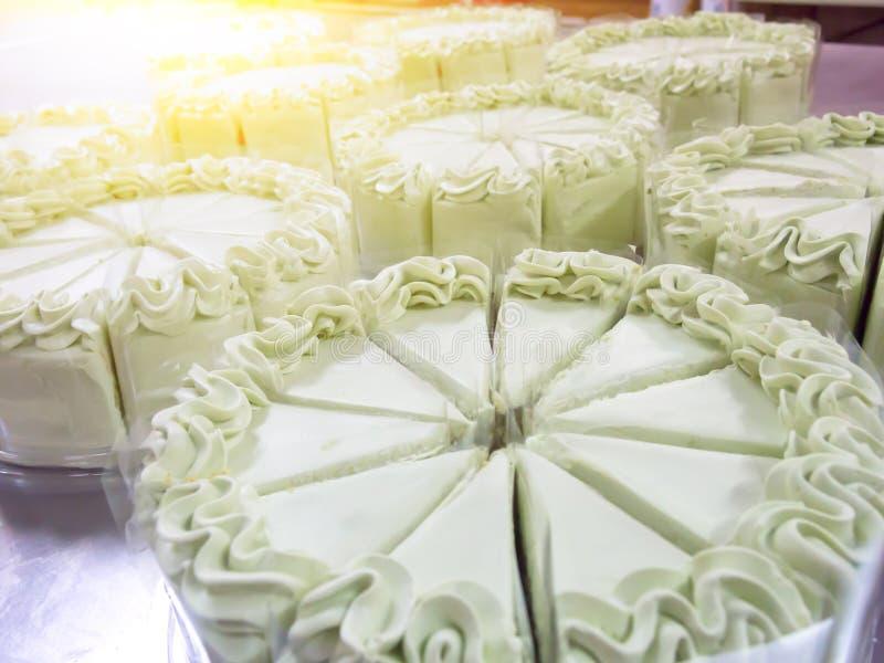 Feche acima do bolo que faz na indústria do bolo foto de stock royalty free
