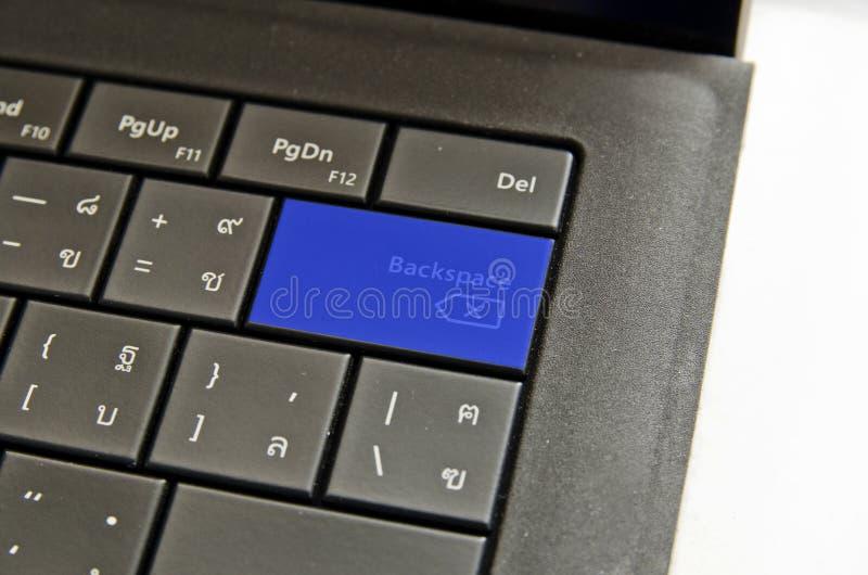 Feche acima do botão azul do retrocesso do teclado foto de stock royalty free