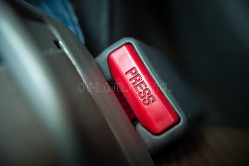 Feche acima do botão da imprensa da correia de banco de carro imagem de stock royalty free