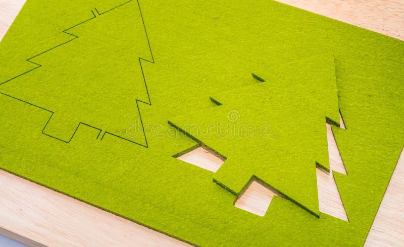 Feche acima do brinquedo verde da árvore de Natal na tabela de madeira, conceito do feriado imagens de stock