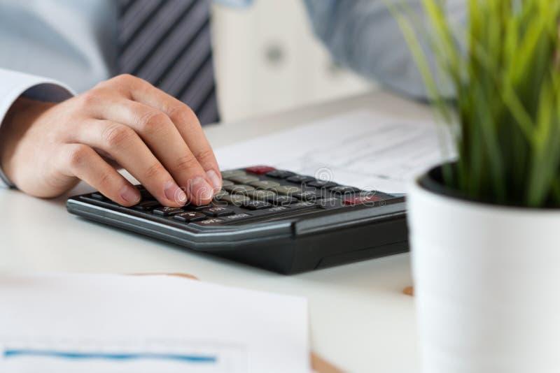 Feche acima do cálculo masculino do contador ou do banqueiro fotografia de stock royalty free