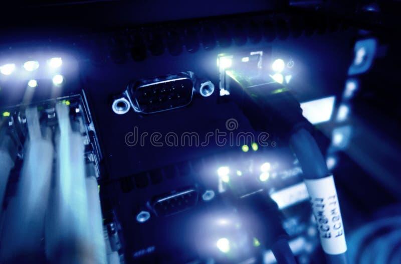 Feche acima do cabo de fibra ótica Cremalheiras dos servidores imagem de stock royalty free