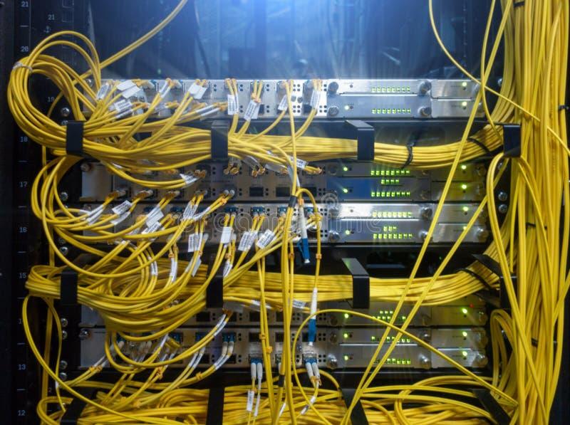 Feche acima do cabo de fibra ?tica Cremalheiras dos servidores Separa o computador em uma cremalheira no grande centro de dados fotos de stock