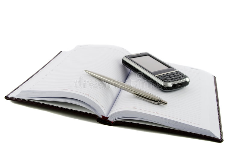 Feche acima do caderno, da pena e do telefone móvel imagens de stock