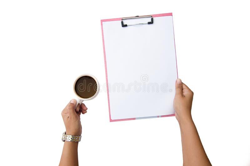 Feche acima do caderno do papel de nota do braço das mulheres e da mão do copo de café No fundo branco fotografia de stock royalty free