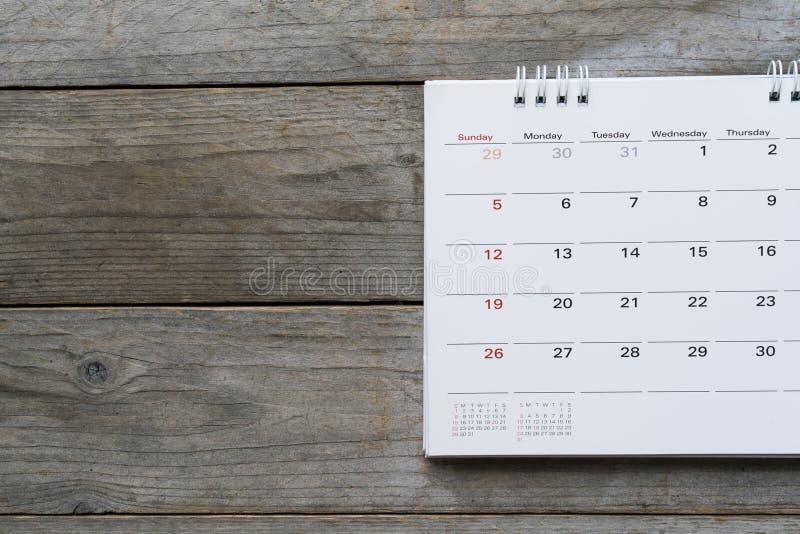 Feche acima do calendário na tabela fotos de stock